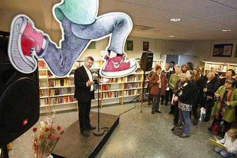 Leder for Oslosenteret for fred og rettigheter, Kjell Magne Bondevik, hadde æren av å åpne kunstutstillingen til Samuel Olou i Kolben lørdag. Utstillingen er Olous masteroppgave fra kunsthøyskolen i Oslo, og består av 250 par terracottaføtter og  et videoverk med føttene til en illegal flyktning som har bodd i Oslo i ti år. FOTO: BJØRN V. SANDNESS