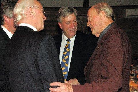 STERK TRIO: Jubilanten Oddvar Nordli (til høyre) i samtale med Thorvald Stoltenberg og Sigbjørn Johnsen.