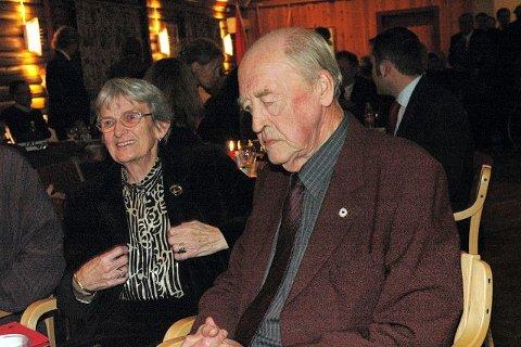 TAKK: Odvar Nordli takket kona Marit for støtte gjennom et langt liv. Kona fikk også roser fra Arbeiderbevegelsens mannskor.