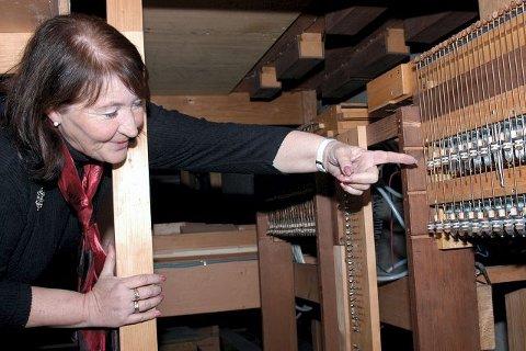 STREIKER: De siste årene har det hendt at orgelet henger seg opp, og kirketjeneren må forte seg inn under orgelpipene og dra ut igjen det som har hengt seg opp, forklarer kirkeverge Mette Lehmann.