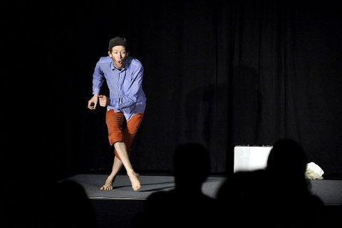 ÉN MANN - 20 ROLLER: Anders Sanzén klarte å holde på alle de 20 rollene og leverte et godt gjennomført teaterstykke i Midtgard ungdomsshus lørdag. FOTO: CHRISTIAN CLAUSEN