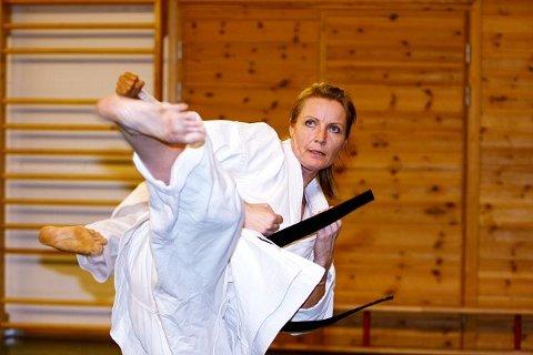 Hege Winther (48) har gradert til svart belte siden hun startet i Tsunami karateklubb på Toppåsen i 2003, sammen med sin datter. Alle foto: Carina Alice Bredesen