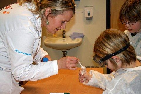 Ekte forsker: Kreftforsker Tonje Tvegård hjelper barna. Hun holder kurs i regi av Forskerfabrikken.
