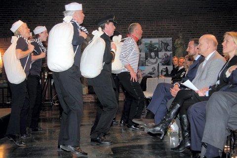 Ensemblet Scenario synger for full hals, med kulturminister Anniken Huitfeldt, museumsdirektør Knut Nygaard og HKH Kronprins Haakon på første rad. ALLE FOTO: HENRIK AASBØ