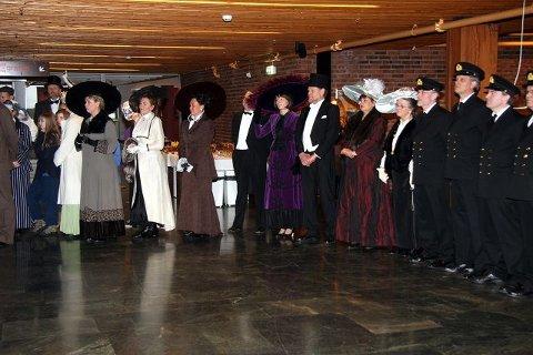 Medlemmene i Scenario var rent så stilige der de sto i giv akt og ventet på kronprinsen. De har selv sydd alle kostymer i anledning musikalen de nå setter opp i Kolben.