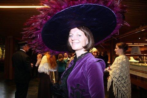 Prosjektleder Kjersti Sørlie Rimer kunne fortelle at musikalen tar form - og bevise at kostymene holder mål.