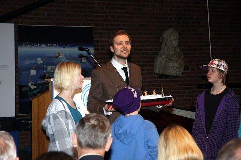 Her under åpningssangen, holder nærmest Anders A. Iversen skjebnen til Titanic i sine hender.