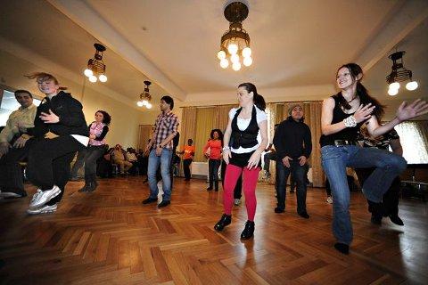 Mange nye talenter fikk vist seg frem da den internasjonale kulturuken ble avsluttet i Ås i går. Denne gruppen fremførte dans med innslag av norsk halling, tango og internasjonal dans. ALLE FOTO: OLE KR. TRANA