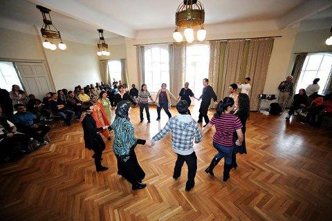 Mange nasjonaliteter var representert i ringdansen.