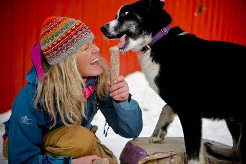Hundekjører Nina Skramstad fôrer med en blanding av tørrfôr og våtfôr. Våtfôr i pølseform er praktisk på tur.
