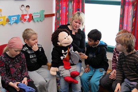 Kontakt: kontaktlærer Jorunn Lindseth Volen komuniserer gjennom dukken Willy.