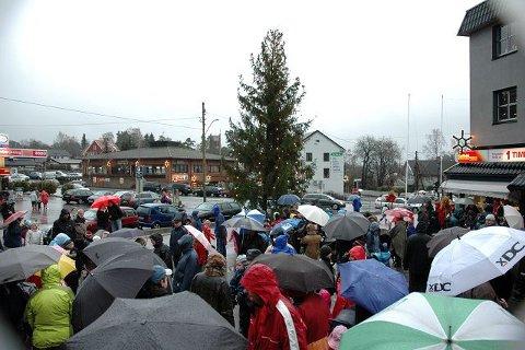 Det var flere paraplyer enn nisseluer å se på helgens mange julegrantenninger.
