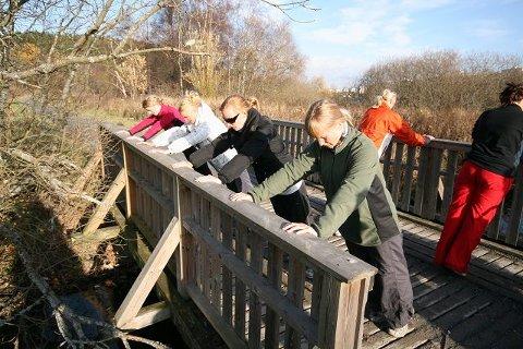 Mødrene bruker broa ved Østensjøvannet til treningsapparat.