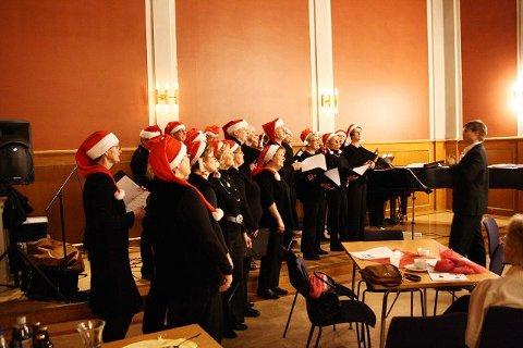 Nordstrandkoret under ledelse av sin dirigent Gaute Birklund. Foto: Privat