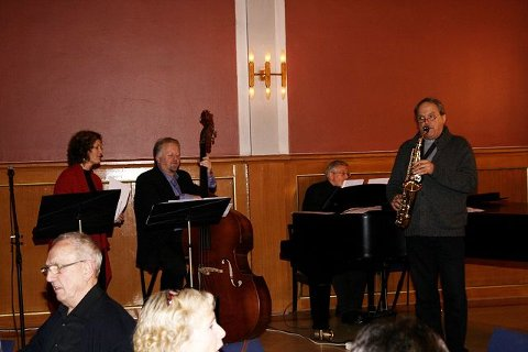 The Real Fake Band: Tone Haugen Honningsvåg sang, Sverre Bang trakterte bassen, Bjørn Wegge spilte piano og Gotfred Gundersen sax.  Foto: privat