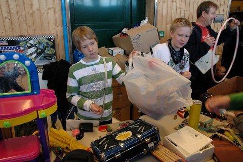 Sebastian Forslund Sanne (10) og Sander Strand Engen (12) gir ikke ved dørene. Pruting er en uting, mener de unge selgerne.