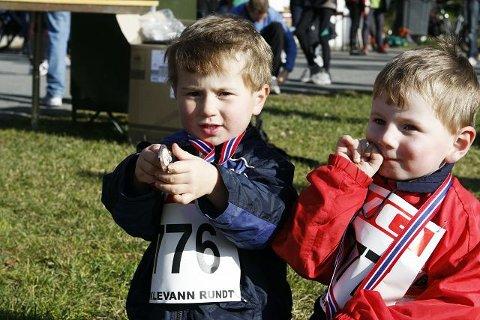 (F.v.) Simon (3) og storebror Alexander Hernes (4) viser stolt fram sine medaljer etter fullført barneløp i Nøklevann Rundt.
