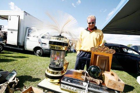 Stein Rune Markussen fra Tønsberg viser fram et lite klenodium. En lampe fra 50-tallet i gull, med roterende plastblomst, og en piggsveis det står respekt av. Pris 2000 kr!