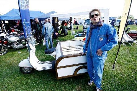 Jacob Kahn viser stolt fram sin spesiallagde Vespa trehjuling.