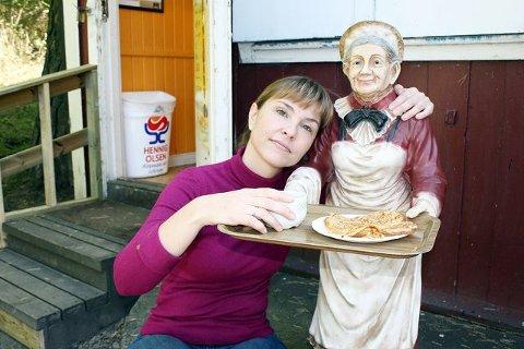Flytter: Den velkjente figuren med kvinnen (Fru Olsen) som serverer vafler og kaffe tar Anett Mathisen med seg til Conditoriet på Holtet. Foto: Aina Moberg