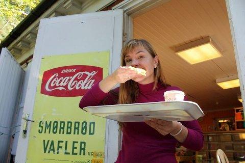 Byens beste: Anett Mathisen spiser selv mange vafler i løpet av sommeren. De er, i følge henne selv, byens aller beste. Foto: Aina Moberg