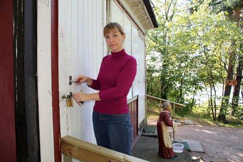 Kroken på døra: Slåen med hengelåsen ble søndag kveld stengt for siste gang av en trist Anett Mathisen. Foto: Aina Moberg