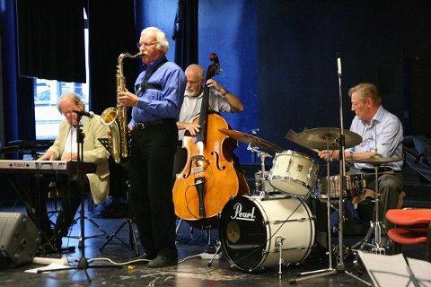 Nordstrand Jazz-gruppe: Harald Bergersen (tenorsax), Svein Briså (kontrabass), Arild Berger (piano) og Frode Mortensen (trommer). Foto: Stein Solvik