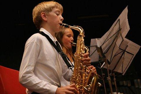 Herlig: Ljan Skoles Musikkorps leverte så det holdt.Fra venstre: Elias Helle Kalland, Else Zwart.