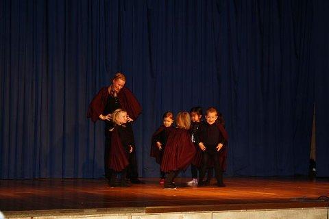Når trollmor har lagt sine elleve små troll De minste barna danset til den kjente barnesangen sammen med danseleder Tonje Skarpsno.