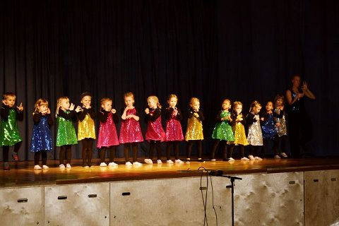 Et knippe av de yngste danserne danset lett på tå i fargerike kjoler.