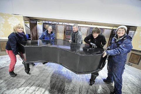 Tiny Moland, Unn Walby, Kjell Bakke, Mona Gundby og Anne Ramleth løfter et helt flygel, lånt fra Operaen, inn i røykesalongen. ALLE FOTO: CHRISTIAN CLAUSEN