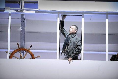 Kjell Bakke setter inn beisede vinduskarmer på broen. I musikalen spiller Kjell Fredric Fleet, som oppdaget isfjellet Titanic kolliderte med.