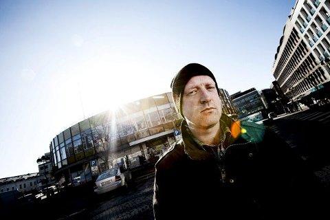 Tidligere var han kjent som bildekunstner, men nå er Kristian Klausen medlem av Forfatterforeningen med novellesamlingen «Måltidet i Emmaus» og romanen «Globus» på samvittigheten. Her står Klausen foran Globusgården på Strømsø. I annen etasje lå kafeen der hovedpersonen tilbringer mye av tiden sin.