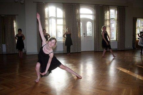 Tango er mye innlevelse og følelser. Oda Lundekvam By og de andre jentene fra kulturskolen i Ås mestrer det godt. FOTO: HENRIK AASBØ