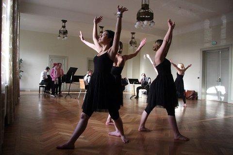 Dyktige dansere og musikere fra kulturskolen i Ås hadde sin generalprøve i går. I dag skal de spille og danse i Oslo Konserthus.