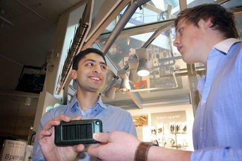 Allerede har Waleed Ahmed (18) og Flemming S. Bordoy (18) kontrakt på salg av 150.000 mobiletuier. Det kan bli betydelig større kvanta i fremtiden. FOTO: TORBJØRN ENDAL