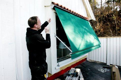 Rune Beheim monterer solskjerming hele året, men har mest å gjøre på våren og sommeren. Her er en ny vindusmarkise kommet opp.