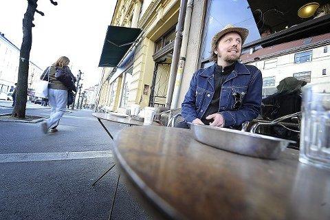 Eivind Staxrud gleder seg til å komme hjem til Ås for første gang som gitarist i Raga Rockers. – Jeg gleder meg skikkelig. Det er nervepirrende å spille for venner. Det er kanskje vanskeligere å geite seg til uten å bli flau foran dem, sier han. FOTO: CHRISTIAN CLAUSEN