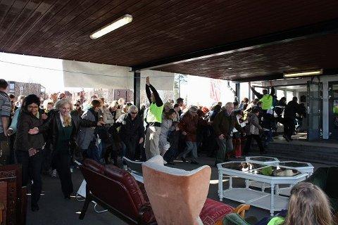 Loppesjefen løftet snoren på slaget klokken 09.30 lørdag morgen, og folk stormet inn til loppegodbitene på Nordseter skole. Alle foto: Aina Moberg KLIKK PÅ BILDET FOR Å SE NESTE BILDE