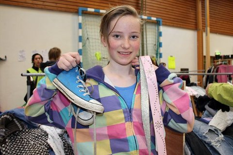 Kristina Langholm (12 år) var fornøyd med fangsten, lekre belter til seg selv og Converse-sko til lillebror.