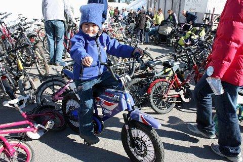 Marco Antonia (4 år) smilte fra øre til øre etter at han hadde ervervet seg denne «motorsykkel-sykkelen».