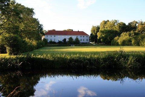 På den gamle herregården Elingaard, som nå tilhører Fredrikstad museum, kan du støte på «Birgitte» i form av plutselig parfymelukt.