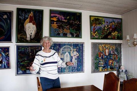 Edel Gjervig (88 år) har en hel vegg full av nydelige selvlagede billedvever hjemme på Nordstrand. Foto: Aina Moberg