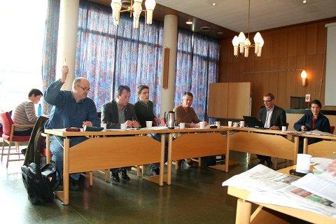 BARE EN: Nils Magne Bålid (SV) var den eneste i Formannskapet i Stord som stemte for å få utredet eiendomsskatt i Stord. T.h. Sigbjørn Framnes (Frp) Jakob Bjelland (Sp) og Jan Arild Nesse (H). Nå må politikerne bruke de neste to ukene på pengejakt. Foto: HILDE VORMEDAL NYBØ