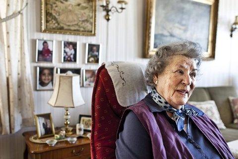 Mange barn har kommet til siden Ingeborg Sollesnes fødte fredsbarnet. På veggen bak henger bilder av hennes tre oldebarn. Foto: Håkon Jacobsen