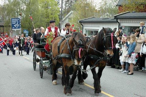 Hest og kjerre var nytt og populært innslag i fellestoget på Sæter.