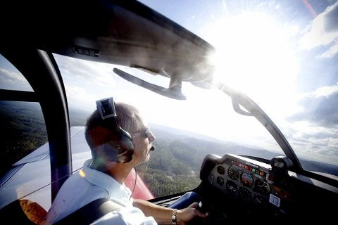 Seilflyene blir slept opp til rundt 1000 meters høyde av et slepefly, før det slippes løs til elementene. Øyvind Moe startet å fly seilfly allerede i 1967, og holder på ennå. – Jeg har alltid vært opptatt av å fly, det er kjempespennende, og blitt et livstema for meg, sier han.