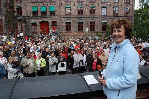 450 var lørdag formiddag med Frid Ingulstad på hennes vandring i Sønnavind-bøkenes historiske spor. Her ved gamle Hjula Væveri på Sagene.