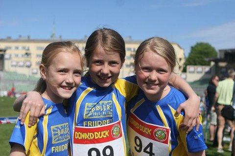 Bøler-jentene Ella Gangnes (venstre), Tuva Fagerbakke og Katarina Sørhøy koste seg på Bislett stadion.