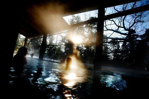 Japan har mange varme kilder, på japansk kalt «onsen». En mer nærliggende variant finner du på det japanskinspirerte spahotellet Yasuragi i Sverige.